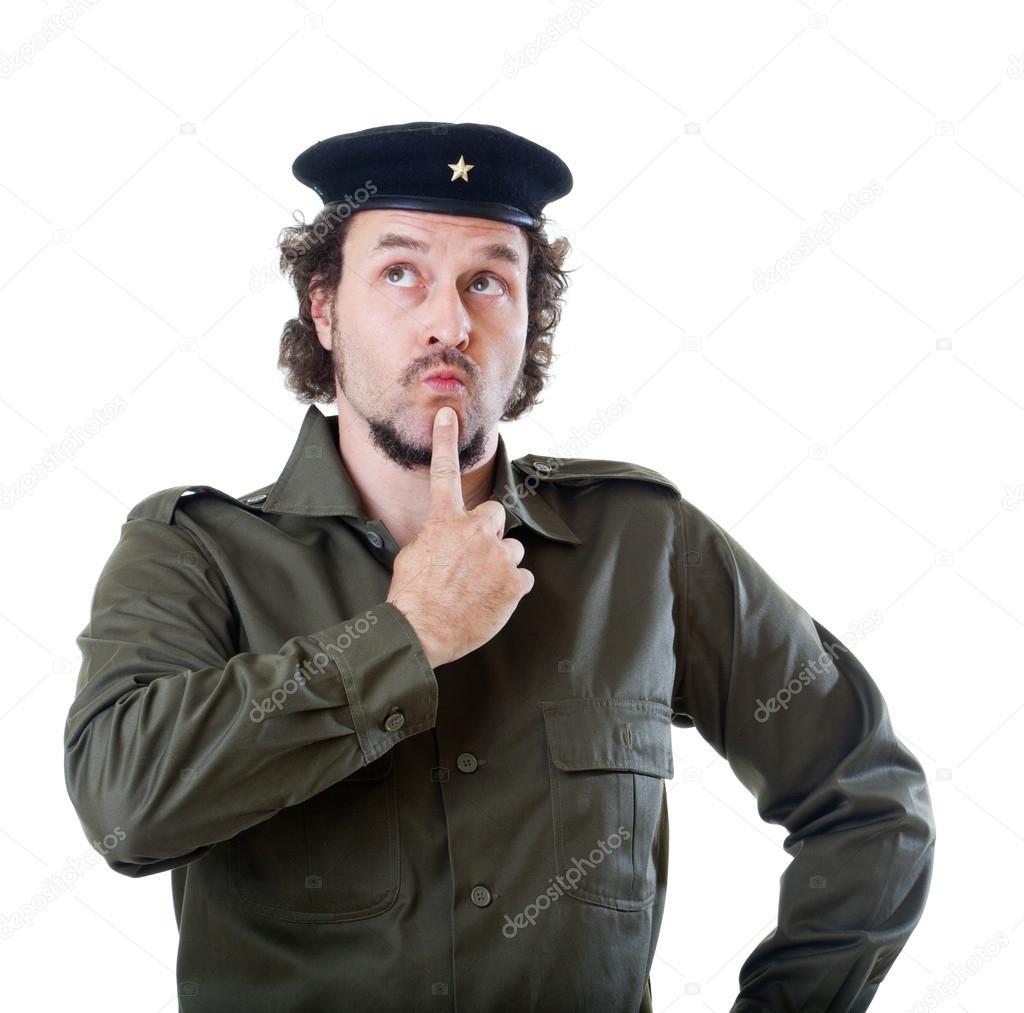 Mitten av äldre man i äkta 1950-talet och 60-talet militär uniform skjorta  och basker hatt 656c429dca43a