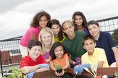 Mosolygó etnikailag sokszínű gyermekek együtt