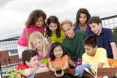 Etnikailag sokszínű gyermekek együtt