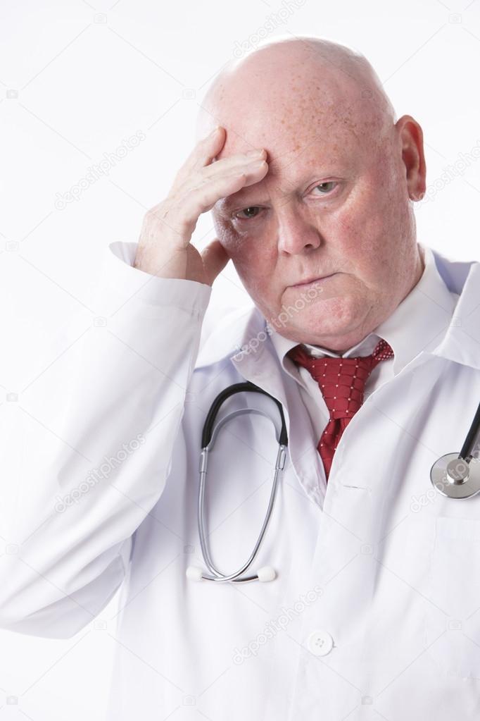 Kopfbild der Arzt mit einem Blick an, Frustration oder als ob er ...