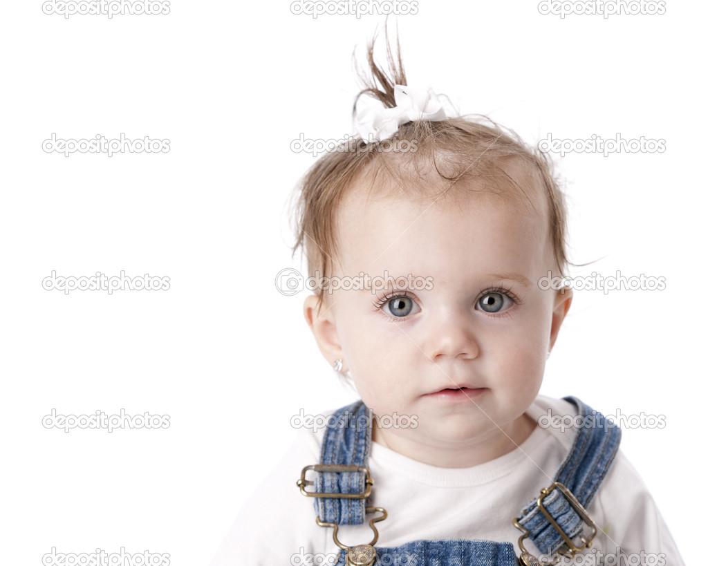 Un immagine di testa e le spalle di un bambino caucasico sorridente 12 mese  vecchio o un bambino bambina. Lei ha i capelli castani e occhi blu con un  fiocco ... 15409cd24b48
