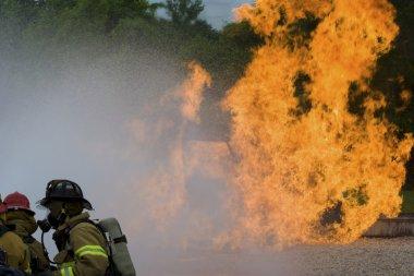 İtfaiyeciler bir yangını söndürmek için çalışır.