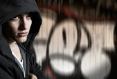 Fényképek Fiatal férfi hűvös utcai stílus: graffiti háttér