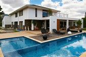Modernes großes Haus mit Pool