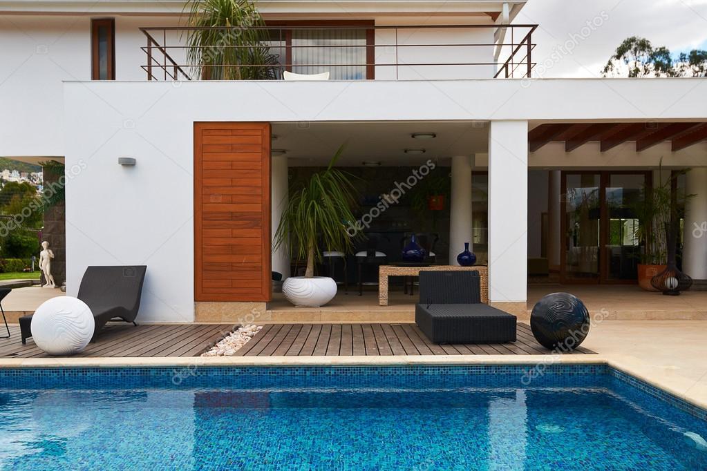 Modernes haus mit pool  großes Haus mit pool — Stockfoto #19407405