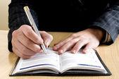 Üzletasszony írja valami a notebook