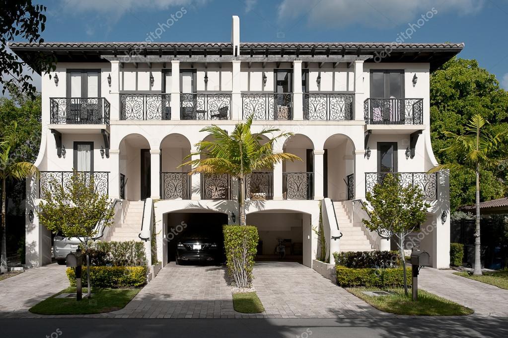 Luxe grote mooie huis u2014 stockfoto © scornejor #19416813