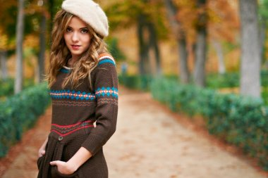 Youn beautiful girl fashion shot. Autumn scene