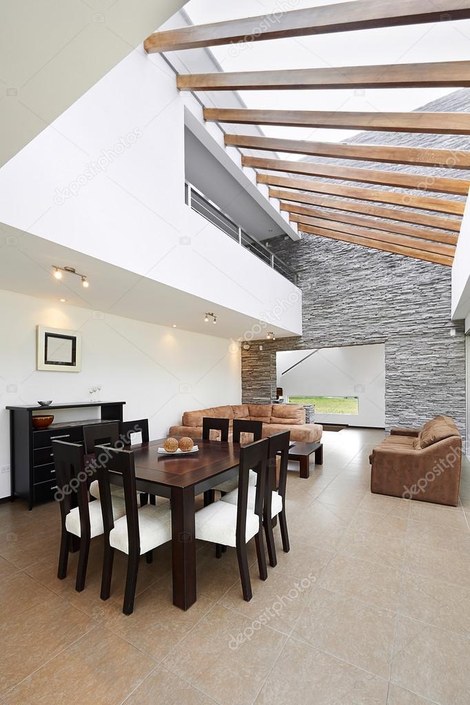 Interior design: moderno sala da pranzo e soggiorno con grande vuoto ...