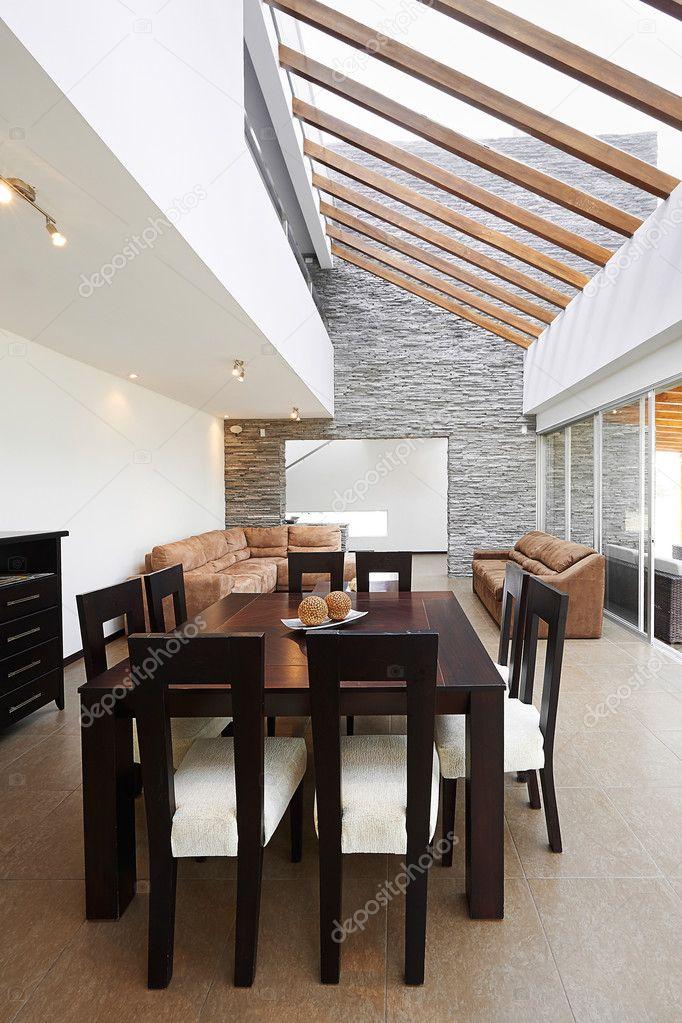 Diseño de interiores: comedor moderno y salón con gran vacío ...