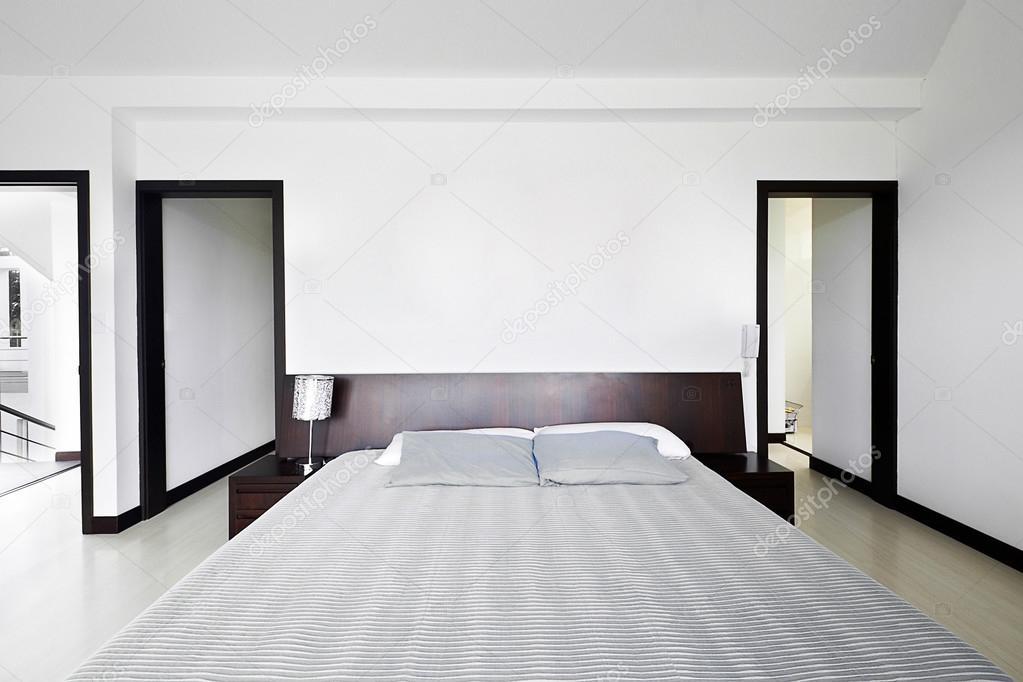 Serie di design d\'interni: camera da letto moderna con grande parete ...