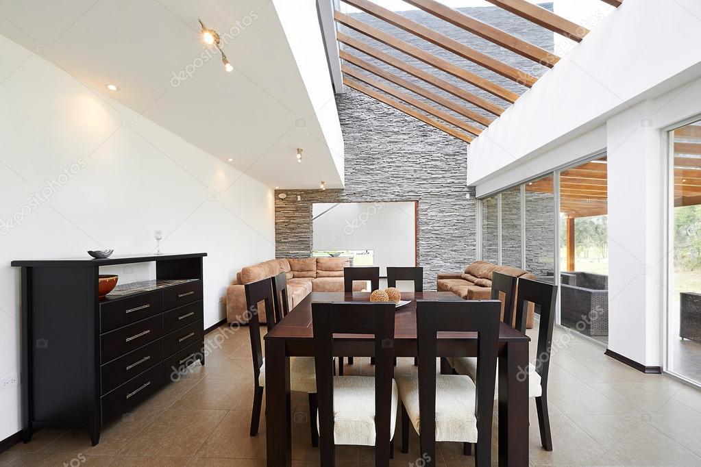 Salotto Moderno Grande : Interior design: moderno salotto con grande parete bianca vuota