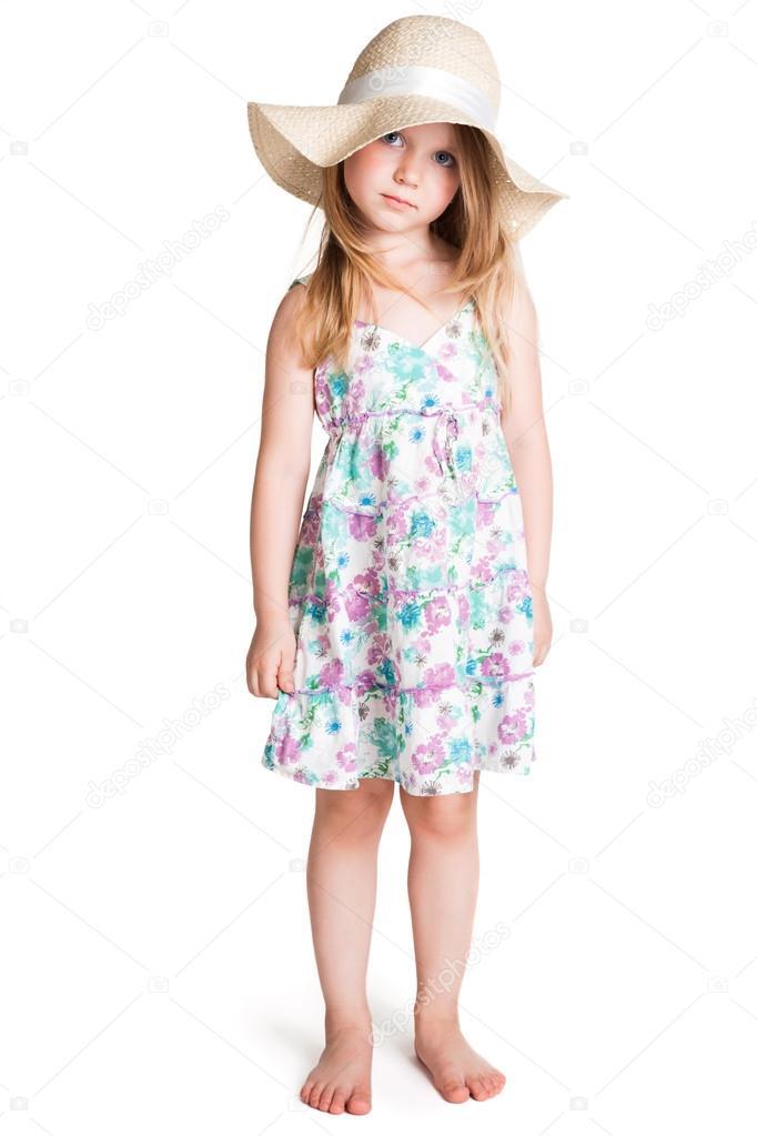 Niña rubia vestida con vestido y sombrero blanco grande — Foto de Stock 1b392bffc78