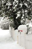 Postfach geschneit über an einem frostigen Tag