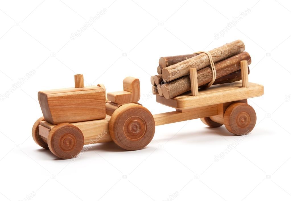Holz spielzeug traktor mit anhänger auf weiß — stockfoto