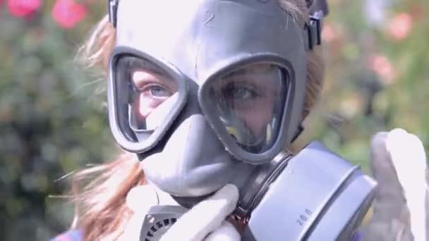 dívka nosí plynové masky