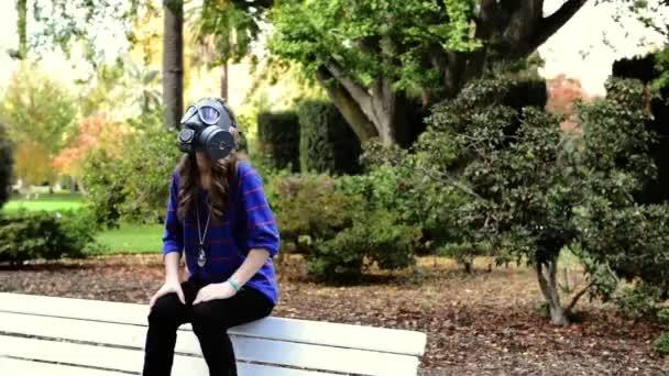 jaderná válka. dívka v plynové masce sedí na lavičce