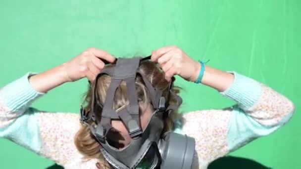 jaderná válka. dívka šaty plynové masky. zelená obrazovka