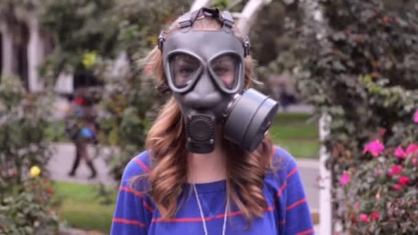 dívka v plynové masky kolem růže