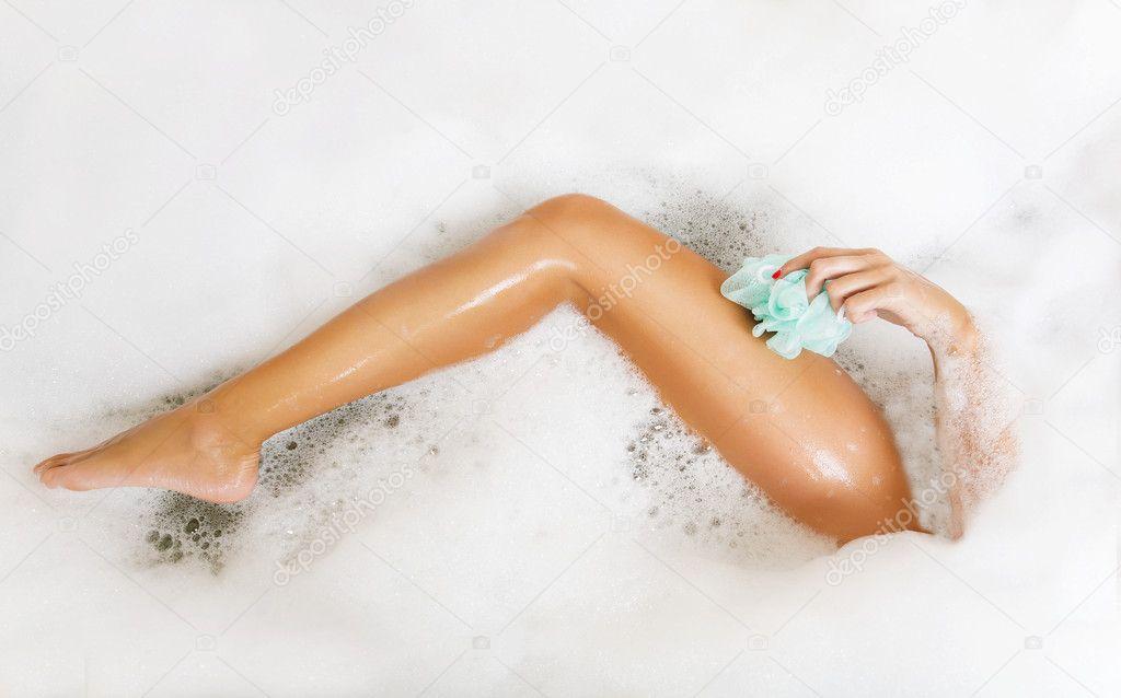 frau im bad waschen bein in die badewanne mit viel schaum, Hause ideen