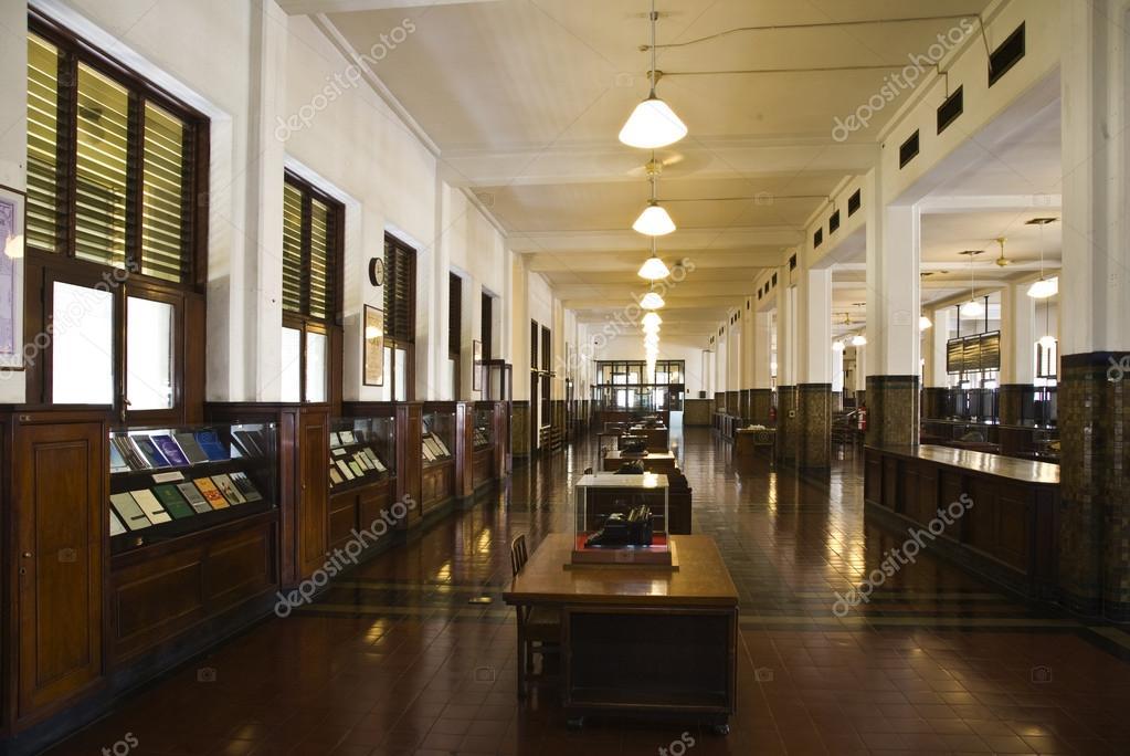 https://st.depositphotos.com/1995655/1928/i/950/depositphotos_19285973-stockafbeelding-interieur-van-bank-mandiri-in.jpg