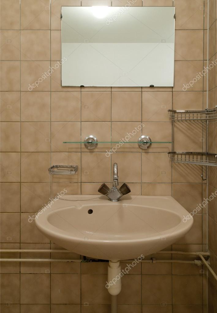 alte leere Badezimmer mit braunen Fliesen — Stockfoto © erikdegraaf ...