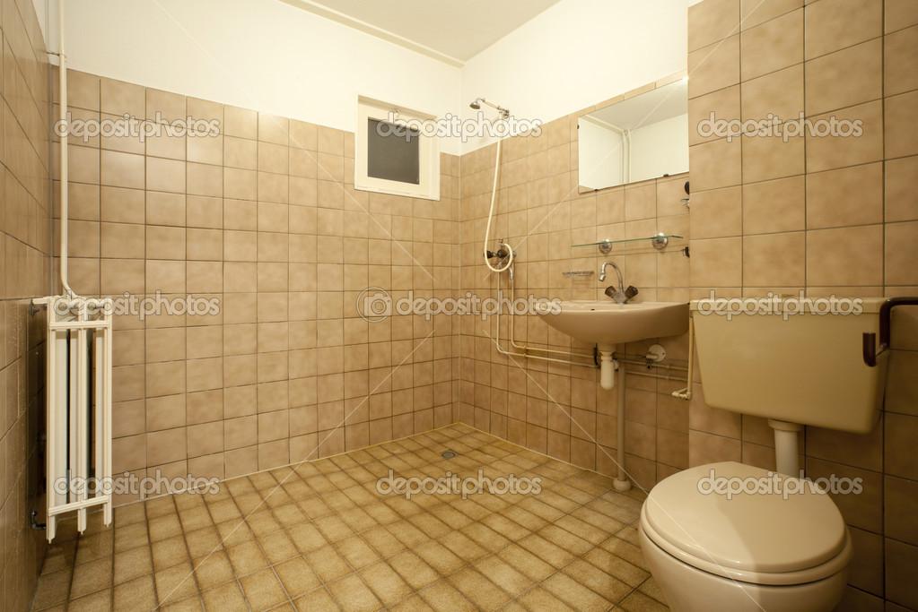 Vecchio vuoto bagno con piastrelle marroni u foto stock
