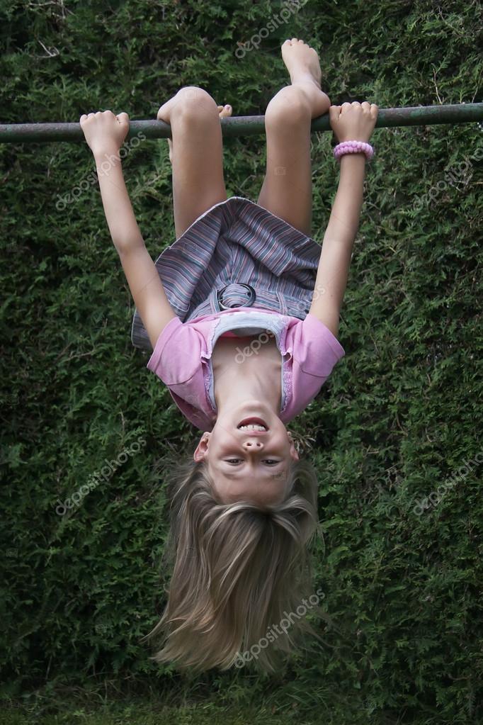 chica colgando boca abajo en el marco de la escalada — Fotos de ...