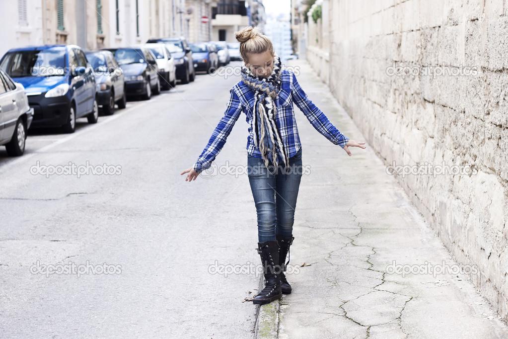 Стройная девушка прошлась по улице — img 12