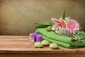 Fényképek Wellness fogalma csendélet a gyertyák, a törölköző és a virágok