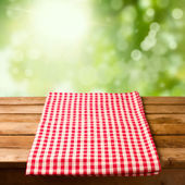 Fotografia tabella vuota in legno con tovaglia