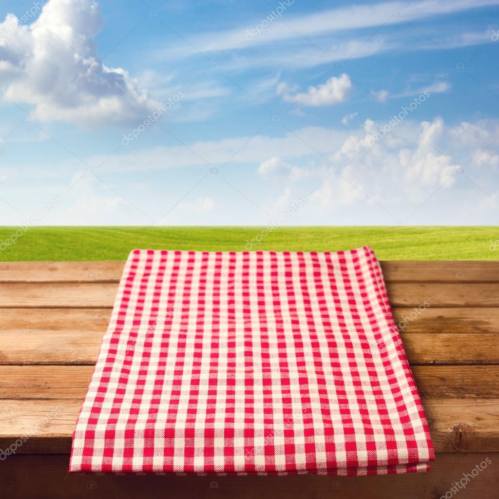 Mesa de madera con mantel fotos de stock maglara 48120311 - Mantel para mesa exterior ...