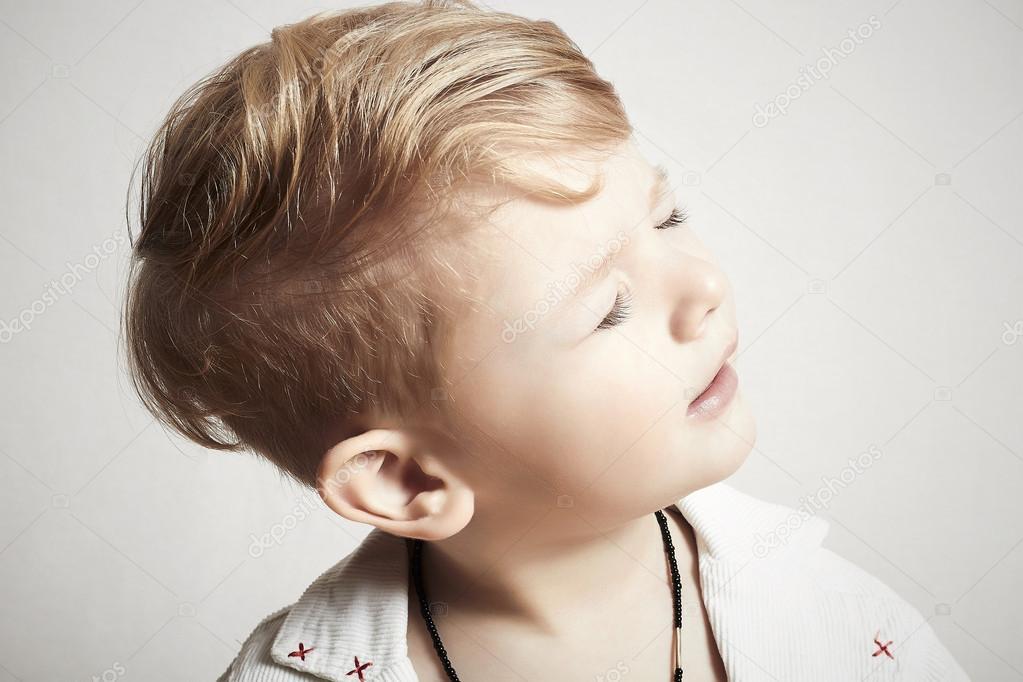 bouvart peu à la mode. coupe de cheveux stylé. enfant mode