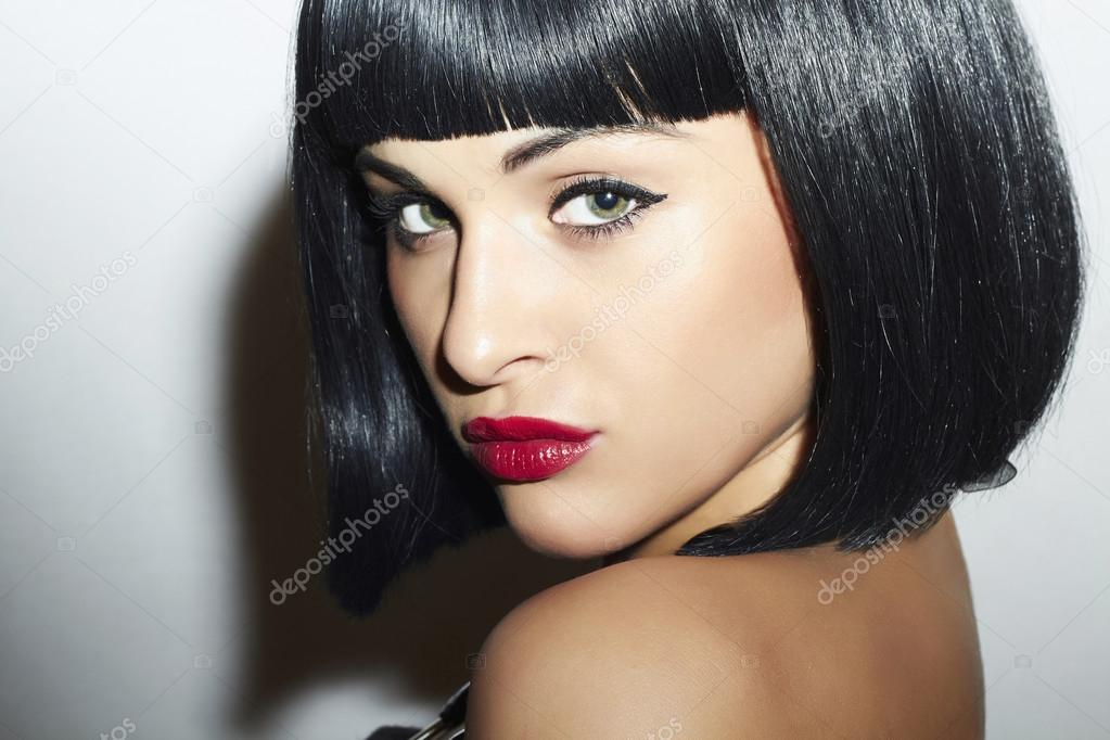 Hermosa chica morena. pelo negro sano. corte de pelo Bob. labios rojos. 37c57c6cd1fe