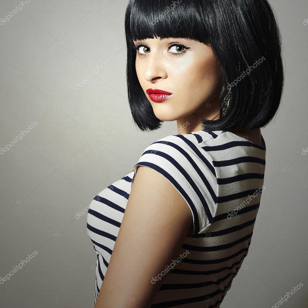 Piękna Brunetka Dziewczyna W Sukience Czarne Włosy Fryzura Bob