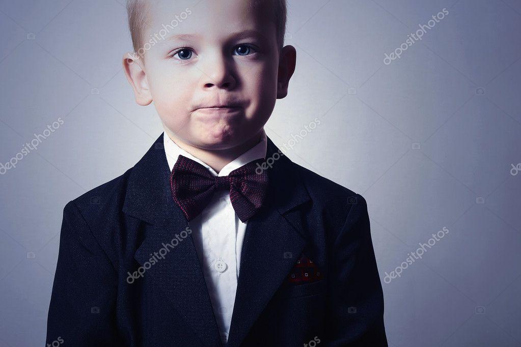 01d37c7adf2900 Porträt des modischen kleine Junge in Bogen tie.stylish Kind. Kindermode. 4  Jahre alt Kind im schwarzen Anzug — Foto von ...