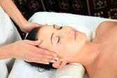 mladá žena přijímá masáž