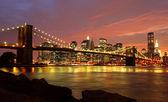 Fotografia ponte di Brooklyn e skyline di new york di notte