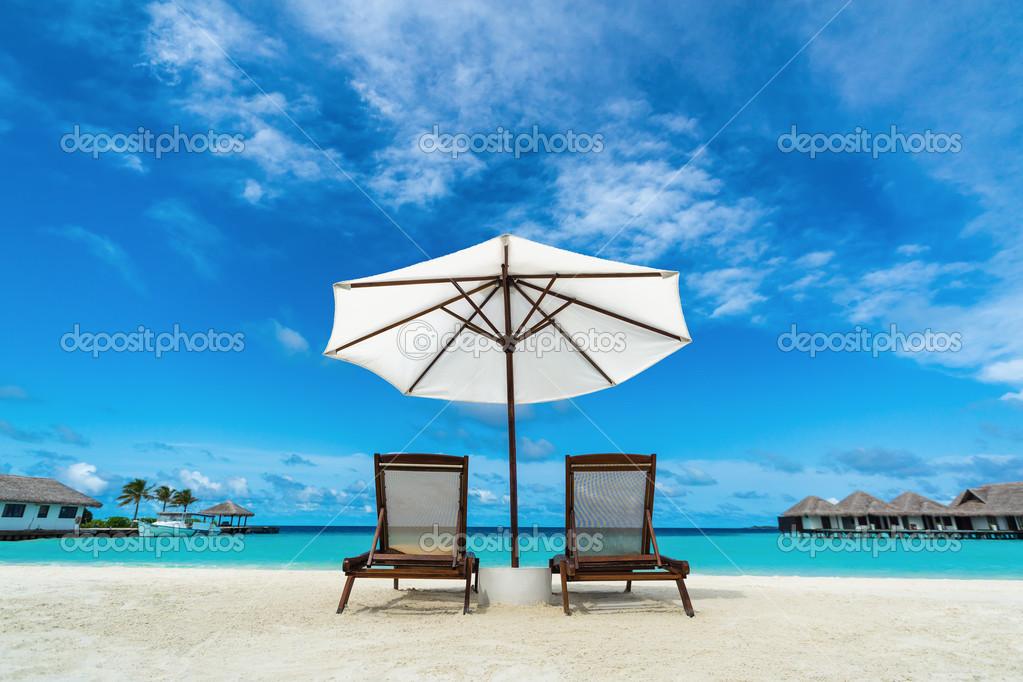 Chaise longue de plage et parasol sur la plage de sable concept pour le repos d tente - Fotos de hamacas en la playa ...