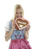 Frau mit deutschem Lebkuchenherz