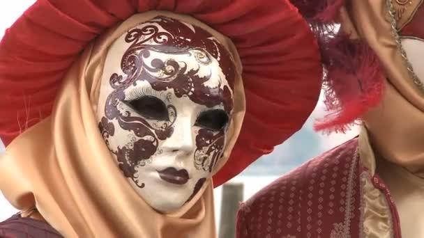 Romantisches Paar beim Karneval in Venedig