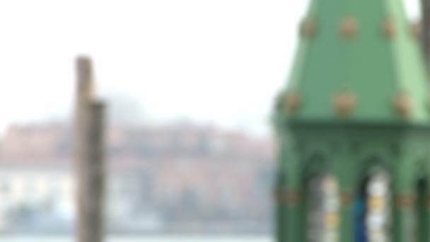 Piros álarcos személy Velencében