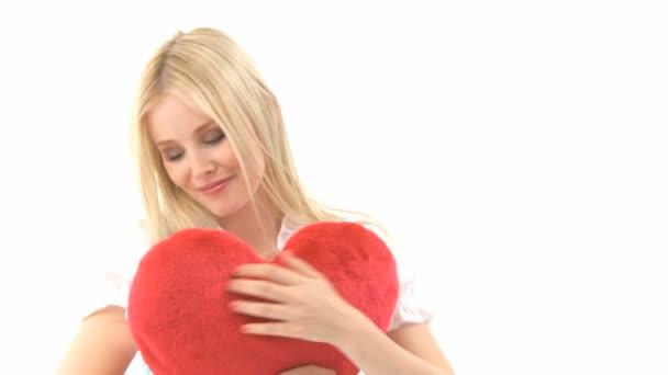 Frau im Dirndl mit Herzkissen