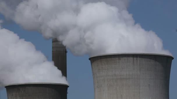 Elektrárna s obrovské chladicí věže