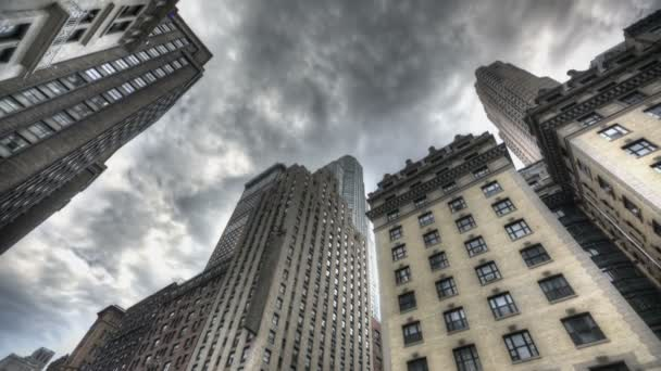temné mraky nad mrakodrap
