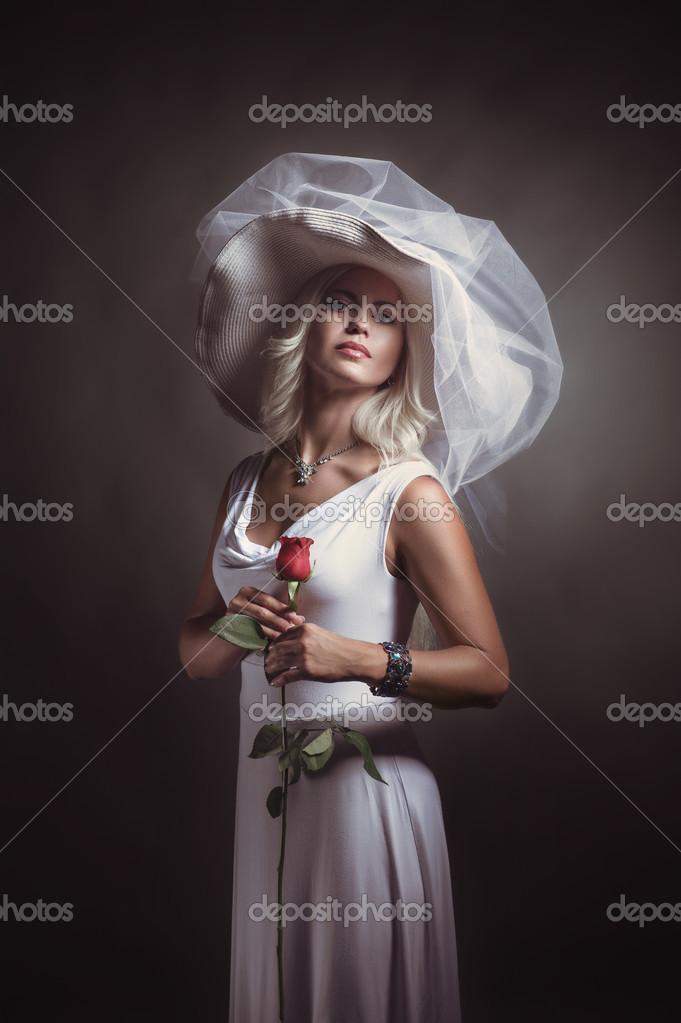Портрет привабливий блондинка дівчина в білому платті і шапочка з мереживом  над сірий фон — Фото від massel.marina 587a259914e64
