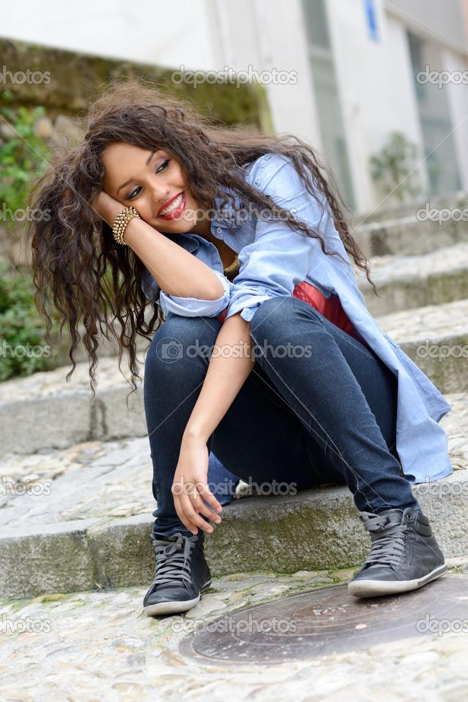Mujer Atractiva Mezclada En Fondo Urbano Vistiendo Casual