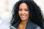 junge schwarze Frau lächelnd mit Klammern