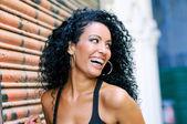 Fotografie junge schwarze Frau lächelt mit Zahnspange