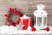 hořící lampu na sněhu s vánoční výzdobou, na dřevo b